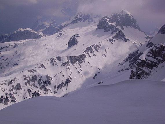 Im Osten zeigt sich die Prevala Scharte (rechts im Bild)