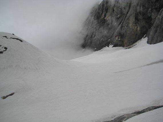 Blick von Westen zum Eisscheitel, am anstehenden Felsen am linken Bildrand kann man erkennen, dass heuer deutlich mehr Schnee liegt als 2007 (Vergleich Eiskar 3.6.2007)