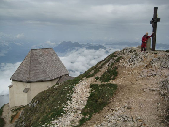 Am Gipfel mit der Windischen Kirche, im Hintergrund der Spitzegel