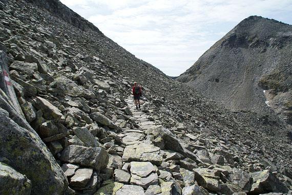Der mit viel Aufwand schön hergerichtete Steig in der Schutt- bzw. Blockhalde nördlich vom Riekentörl