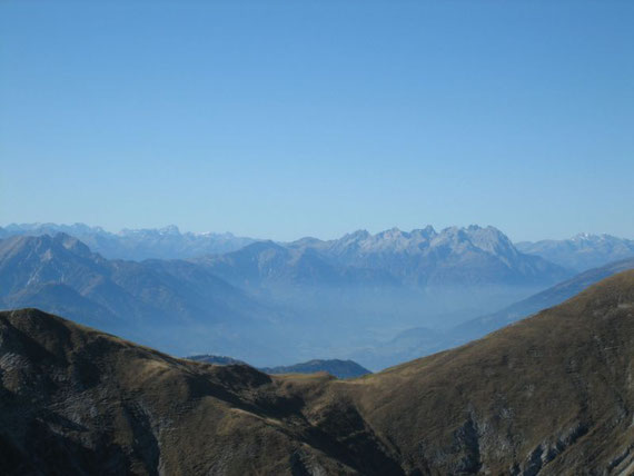 Nach Westen hin die Dolomiten. Im Hintergrund mit der weißen Schulter- bereits in Südtirol- dürfte der Zwölfer (3094m) sein. Rechts davon sieht man die Lienzer Dolomiten