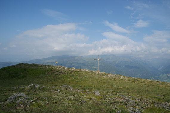 Der Gipfel mit dem schönen Kreuz, im Hintergrund das Stubeck