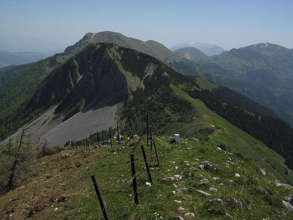 Der Blick vom Rosenkogel zurück; im Vordergrund der Hahnkogel, im Hintergrund der Kahlkogel, rechts im Bild die Bärentaler Kotschna