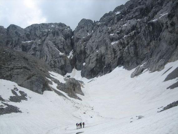 Blick vom Zungenende zum Wandfuß, die Gletscherzunge ist heuer für den doch eher schwachen Winter ganz gut mit Schnee gefüllt
