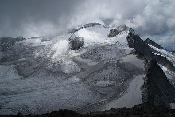 Vom Gipfel aus der Blick über das Hochalmkees zur Hochalmspitze