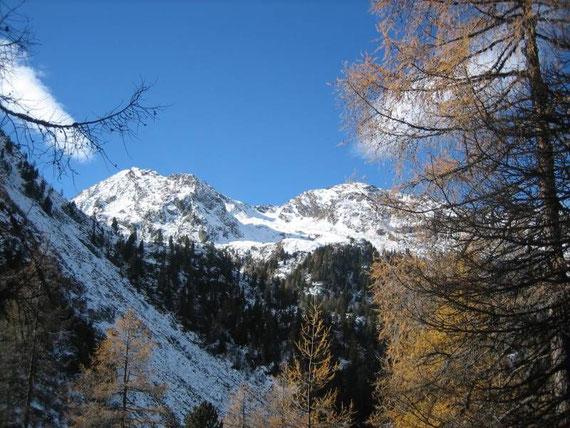 Beim Aufstieg zeigt sich im Westen der Törlkopf (2440m)