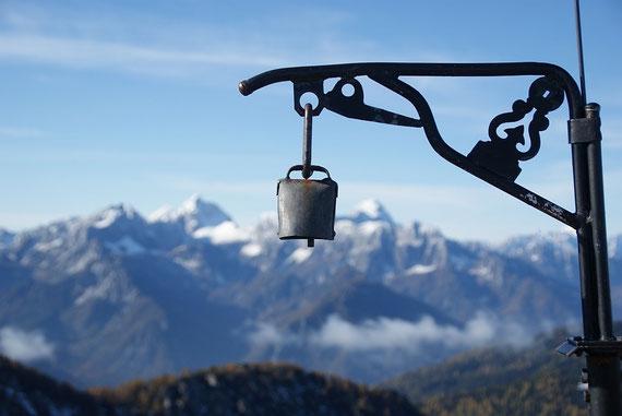 Noch ein Foto mit der kleinen Gipfelglocke und es geht wieder zurück ins Tal, links Jalovec, rechts Mangart