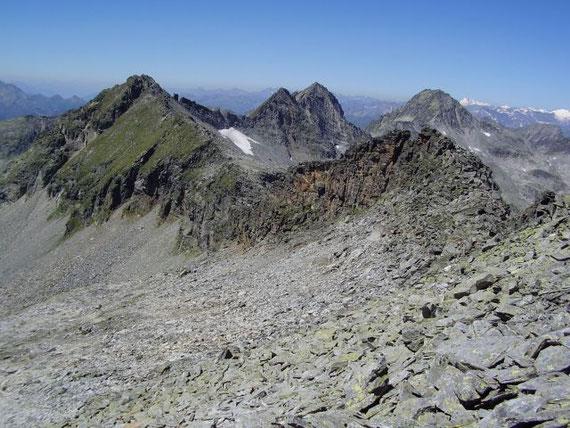 Der Blick über die Aufstiegsroute zum Riekener Sonnblick (2875m, im Grat vor den grünen Steilhängen liegt das G'wändschartl), Riekenkopf (2896m) und die Trist'n (2929m)