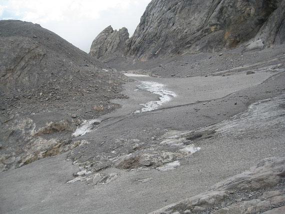 Der Eisscheitel ist noch von einer Firnschicht (grauer Schnee) bedeckt