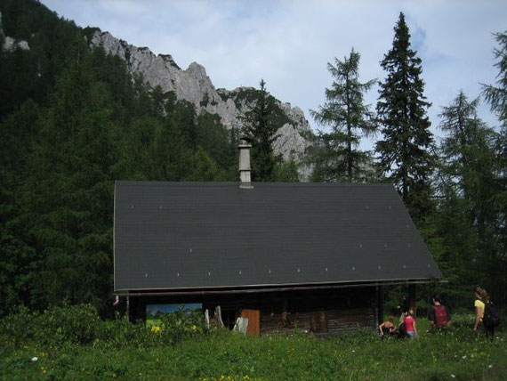 Die Mitzl- Moitzl- Hütte, im Hintergrund der Gipfel des Mallestiger Mittagskogels