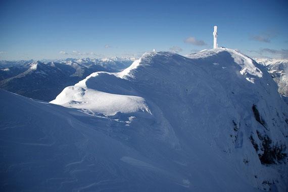 Am 3.12.2012 durfte ich die erste Spur über den schmalen Grat zum Gipfel legen, links zeigt sich der Oisternig