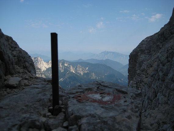 Einer der zahlreichen Eisenstifte mit Blick nach Norden zum Dobratsch