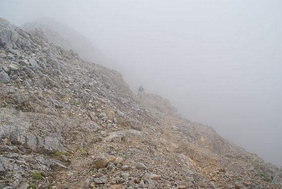 Leider dichter Nebel in der schuttigen Gipfelflanke der Torkarspitze