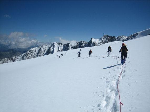 Unsere zwei 5er Seilschaften (und eine holländischen 3er Seilschaft, die es nicht mehr auf den Gipfel schaffte) am Weg vom Bruchkogeljoch zur Wildspitze