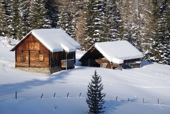 Idyllische Hütten säumen den Aufstiegsweg