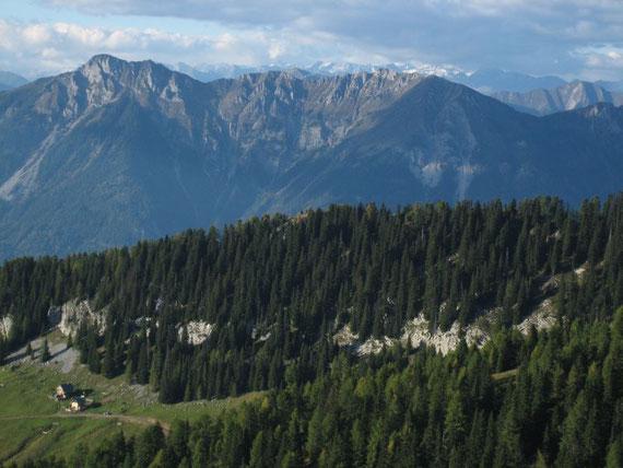 Im Norden die Gailtaler Alpen mit dem Spitzegel (2110m), dahinter die Reißeckgruppe (zwischen 2400 und 2800m)