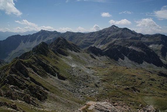 Nochmals der Blick zurück über die Gipfel zum Sadnig (im Hintergrund der Bildmitte)