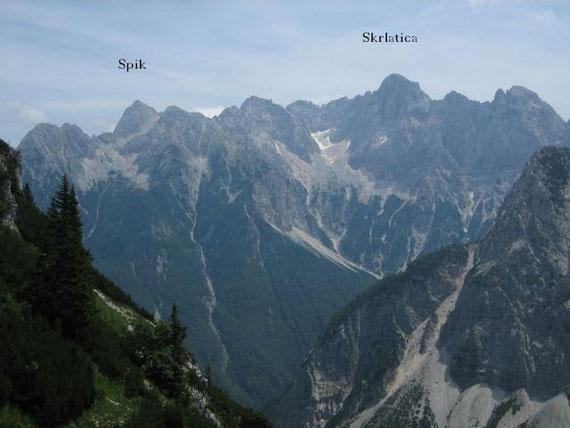 Im Osten erheben sich der Spik (2472m) sowie die Skrlatica (2740m)