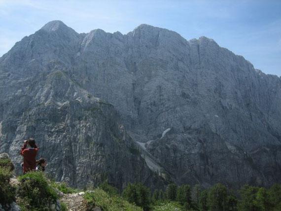 Vor der Sleme richtet sich die imposante Nordwand der Mojstrovak auf