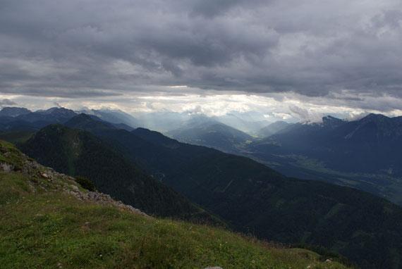 Im Westen reicht der Blick weit ins Gail- bzw. Gitschtal hinauf