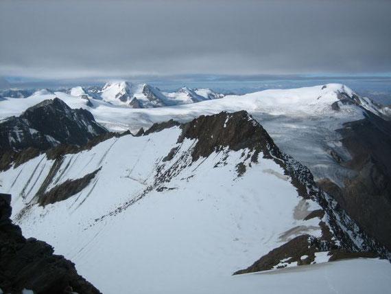 Vom Gipfel aus bietet sich ein herrliches Panorama. Bei noch dichter Bewölkung liegt der Gipfel der Weißkugel (3739m) noch in Wolken während die Weißseespitze (3510m, rechts) bereits frei ist
