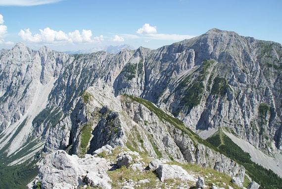 Der Blick zurück über den markanten Grat zum Hochturm (rechts)