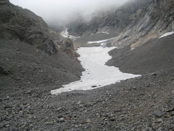 Die komplett mit Schnee bedeckte Gletscherzunge
