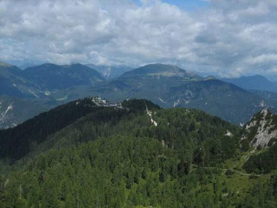 Der Blick hinunter zum Monte Lussari, im Hintergrund erkennt man die Karnischen Alpen mit dem Oisternig (rechts) und dem Starhand sowie dem Sagran (links vom Monte Lussari)