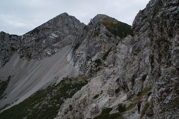 Kurz nach der Abzweigung in 1749m am ausgesetzten Weg ins Kar, im Hintergrund die Due Pizzi