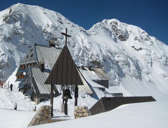 Der Triglavski dom mit 2515m die höchste slow. Schutzhütte und Wetterstation, im Hintergrund rechts der Triglav- Gipfel
