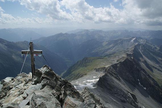 Beim Gipfelkreuz angelangt, rechts reicht der Blick bis zur Hoohen Geisel