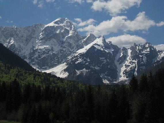 Nochmals eine Übersicht: Mangart, rechts davor unscheinbar der Kleine Mangart, dann der Travnik und rechts die Lahnscharte