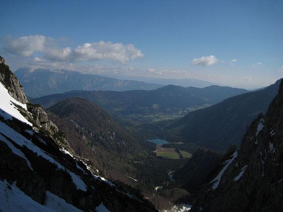 Tief unten liegt der Obere Weißenfelser See (Ausgangspunkt), im Hintergrund erhebt sich der Dobratsch (2167m)