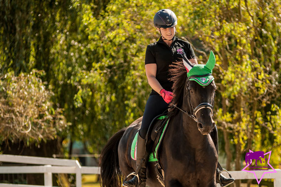Auch erwachsene Reiter finden den Casco Mistrall 2 spitze! Helene trägt den Mistrall 2 in marine mit lila Helmstreifen. Shettylicious! Foto by Alison Marburger