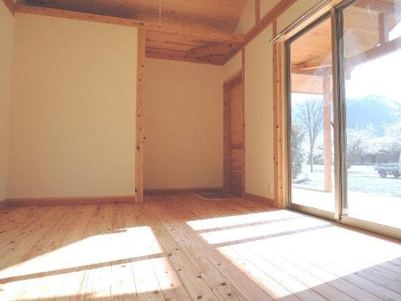 無垢の床と天井に白塗りの壁