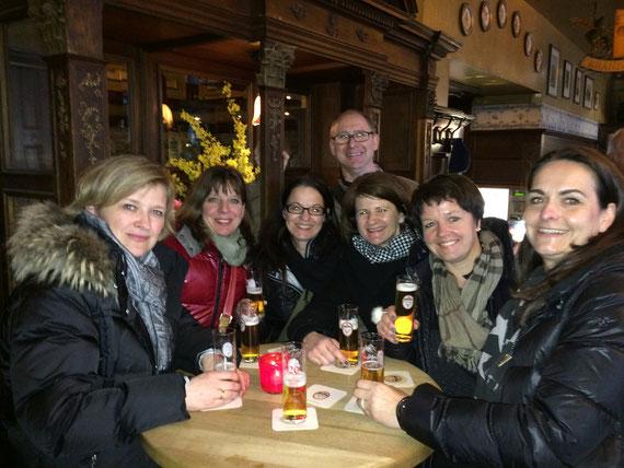 Abschluss der Stadtführung in einem Kölner Brauhaus, Brauhaus Peters, Damengruppe, Kölsch, Kölschgläser