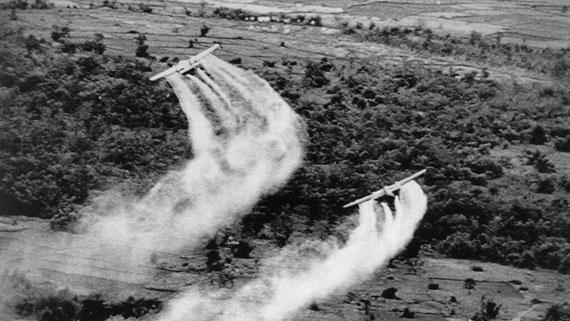 Amerikanische Piloten sprühen Agent Orange