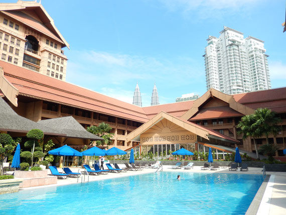 Pool mit Blick zu den Petronas Towers