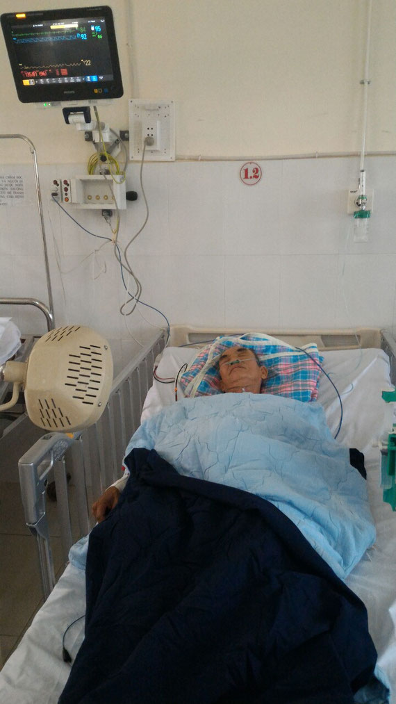Luongs Vater nach dem Eingriff im Hospital