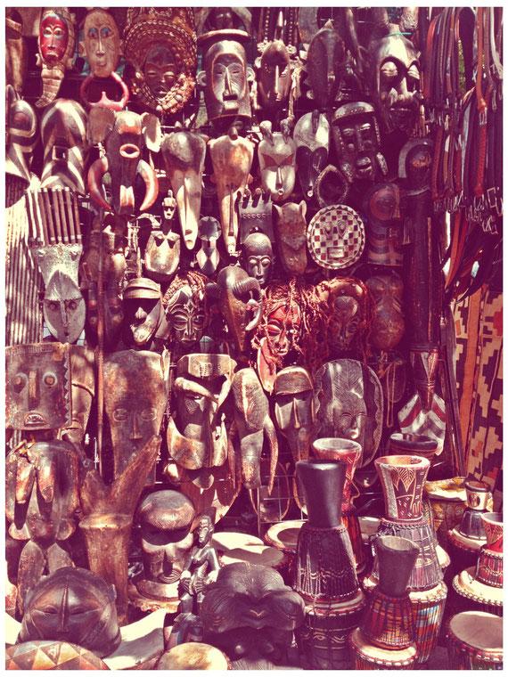 Greenmarket Square - Marktplatz in Kapstadt, großer afrikanischer Trödelmarkt mit fliegenden Händlern, auf dem man täglich Textilien, Lederartikel, Schmuck und sonstiges Kunsthandwerk aus Südafrika kaufen kann.