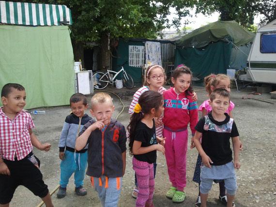 Alexandru, Madalin, Lucas, Luiza, Alexandra, et sa petite cousine, Darius qui cache Cristina