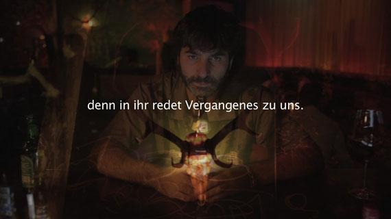 """Frame aus dem Kurz-Film """"HOMO SACHER Schritt 1"""": ...denn in der Dieda-Kunst redet Vergangenes zu uns..."""