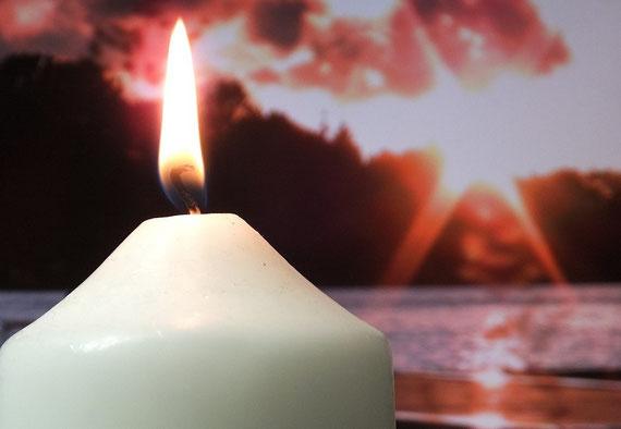 """Eine Kerze anzuzünden kann heilsam sein.... (Foto: pixabay.com - vielen Dank an """"Brahmsee"""")"""