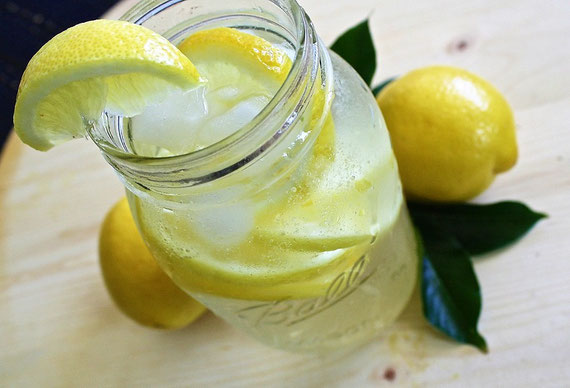 """Öko-Zitronen-Wasser hilft z. B. bei der Entschlackung... (Foto: pixabay.com / """"ponce_photography"""")"""