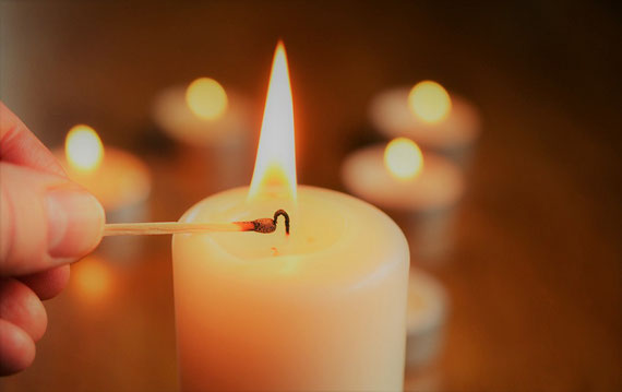 Das Bild von Kerzen am Fenster hatte eine Bedeutung... (Foto: pixabay.com)