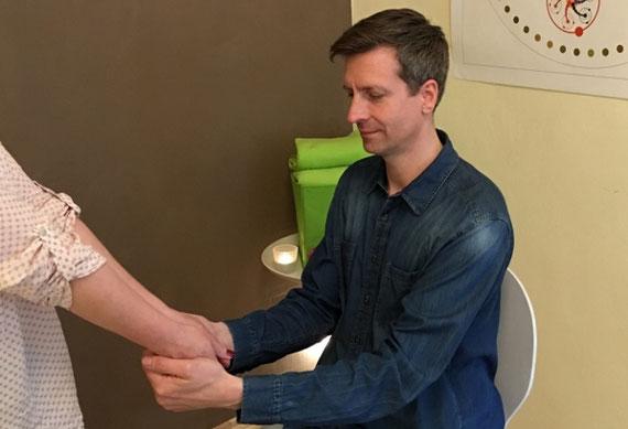 Mit dem Armlängentest teste ich gerne aus, welche Nahrungsmittel meine Klienten vertragen...