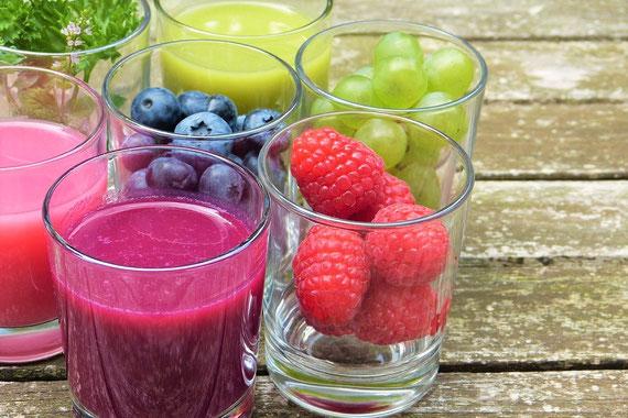 """Deine Lieblingsfrüchte (in Smoothieform)! Ersetze z. B. zweimal die Woche eine Mahlzeit mit  ökologisch angebautem Obst, und schon unterstützt Du die Entschlackung Deines Körpers, ohne gleich radikal werden zu müssen... (Foto: pixabay.com / """"silviarita"""")"""