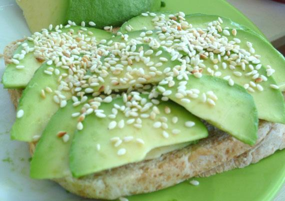 Auch bei Kaltem: Ein simpler Toast wird mit Avocado und geröstetem Sesam interessant!