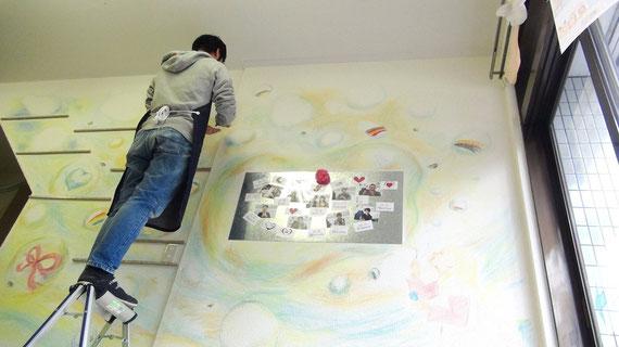 手作り指輪の世界を壁面に描く