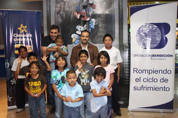 Francisco Paez, cantante del grupo guatemalteco Malacates Trébol Shop y Christian Contreras, Gerente de Cinépolis Miraflores, junto a los niños que asistieron a ver la película Los Pitufos, la cual se presentó gratuitamente a más de 700 niños.